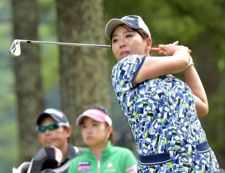 第2日、通算8アンダーで首位タイの吉田弓美子。17番でティーショットを放つ=軽井沢72