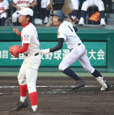 鳴門―智弁学園 9回表鳴門2死満塁、鎌田が右前に決勝の2点打を放つ。投手村上=甲子園