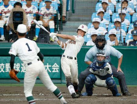 市和歌山―日南学園 9回表日南学園2死一塁、萩原が右翼線に適時三塁打を放つ。投手赤羽、捕手岡本=甲子園