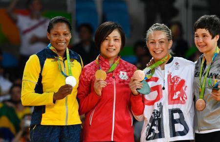 表彰式で笑顔のアルベアル(左端)。隣は田知本遥(共同)