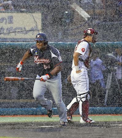 1回、激しい雨で試合が中断し、ベンチに戻るロッテのデスパイネ(左)と楽天の捕手足立。この後、降雨ノーゲームとなる=コボスタ宮城