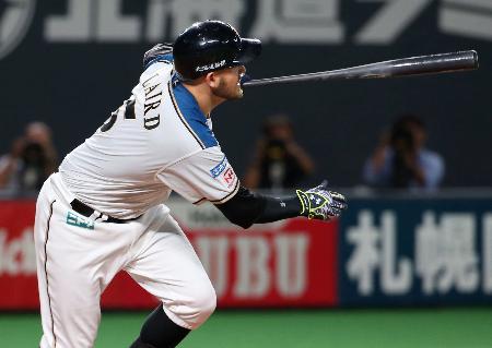 8回日本ハム2死二、三塁、レアードが左前に逆転の2点打を放つ=札幌ドーム
