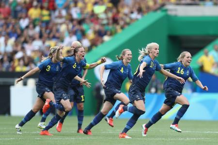 サッカー女子準決勝 ブラジルを下して喜ぶスウェーデンの選手たち=リオデジャネイロ(ゲッティ=共同)