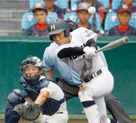 日南学園―北海 8回裏北海1死二塁、佐藤大が左中間に勝ち越し二塁打を放つ。捕手萩原=甲子園