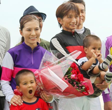 ジョッキーに復帰し、夫の小山信行騎手(右)と子どもたちと一緒に記念撮影に応じる宮下瞳騎手=17日午後、名古屋競馬場