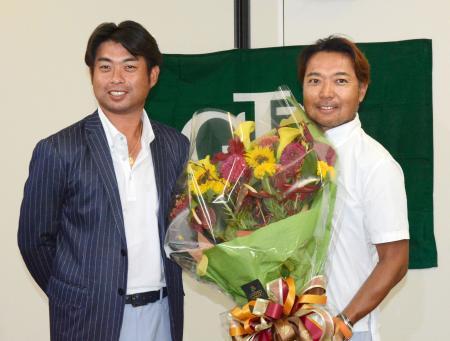 リオ五輪を終え帰国したゴルフ男子代表の池田勇太(左)と片山晋呉=17日午後、羽田空港