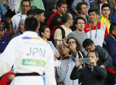 柔道男子90キロ級で優勝したベイカー茉秋(左)を観客席から見守る井上康生監督(共同)