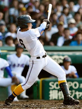 常総学院―秀岳館 3回裏秀岳館1死、松尾が左越えに本塁打を放つ=甲子園