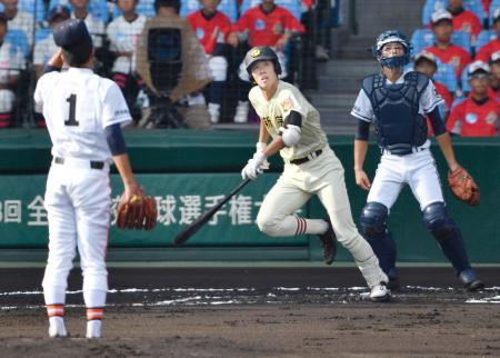 作新学院―木更津総合 1回表作新学院2死、入江が左中間に先制本塁打を放つ。投手早川、捕手大沢=甲子園