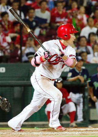 8回広島2死満塁、丸が左中間に走者一掃の逆転二塁打を放つ=マツダ