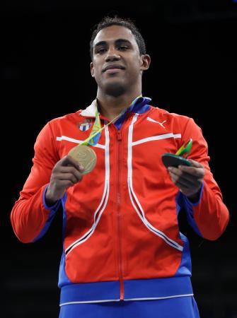 男子ミドル級で初の金メダルを獲得したロペス(キューバ)=リオデジャネイロ(AP=共同)