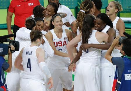 五輪バスケットボール女子決勝 6連覇を達成し喜び合う米国の選手たち=リオデジャネイロ(AP=共同)