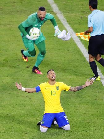 ドイツとのPK戦の末に優勝を決め、喜ぶブラジルのネイマール。上はGKウェベルトン=リオデジャネイロ(共同)