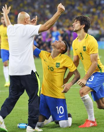 ドイツとのPK戦を制して優勝を決め、天を指さすブラジルのネイマール(中央)=リオデジャネイロ(共同)