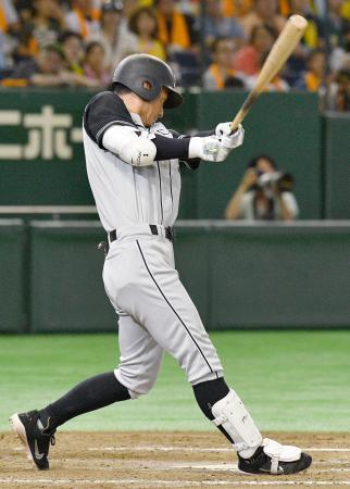 10回阪神2死三塁、鳥谷が左翼線に適時二塁打を放つ=東京ドーム