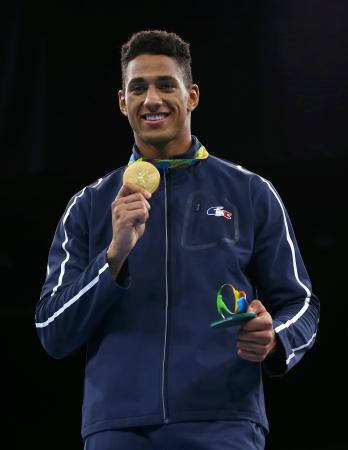 五輪ボクシング男子スーパーヘビー級決勝 ジョイス(英国)に勝ち、初の金メダルを獲得して喜ぶヨカ(フランス)=リオデジャネイロ(ロイター=共同)
