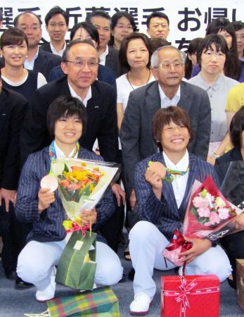 所属する三井住友海上に銅メダル獲得の報告に訪れた柔道女子の近藤亜美(前列右)と中村美里(同左)=22日午前、東京都内