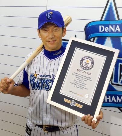 「プロ野球投手により安打を打った最多連続年数」としてギネス世界記録に認定されたDeNAの三浦=22日、横浜スタジアム