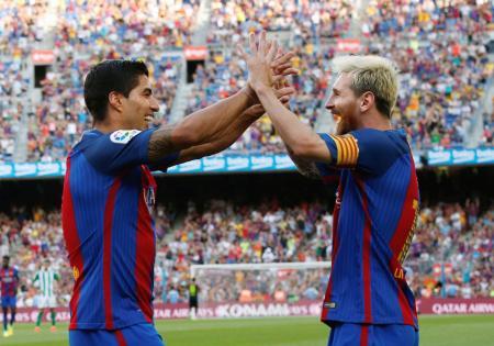 ベティス戦で得点を喜ぶバルセロナのスアレス(左)とメッシ=バルセロナ(ロイター=共同)
