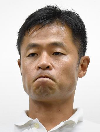 シーズン途中での休養が発表され、厳しい表情で報道陣に対応するJ1名古屋の小倉隆史GM兼監督=23日午後、愛知県豊田市