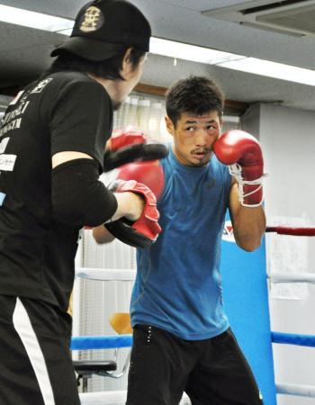 WBCスーパーバンタム級タイトルマッチに向け、練習を公開した長谷川穂積=神戸市