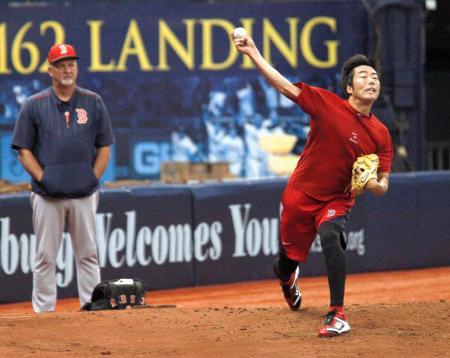 ウィリス投手コーチ(左)が見守る中、負傷後初めてブルペンで投球練習を行うレッドソックス・上原=セントピーターズバーグ(共同)