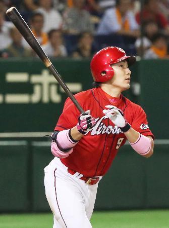 9回広島2死一塁、丸が右翼線に勝ち越しの三塁打を放つ=東京ドーム