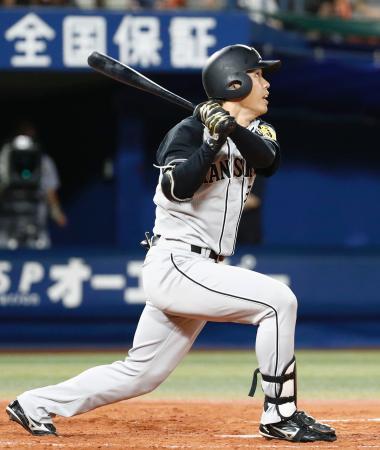 4回阪神2死、高山が右中間に満塁本塁打を放つ=横浜