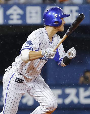 5回DeNA1死二、三塁、梶谷が左前に適時打を放つ=横浜