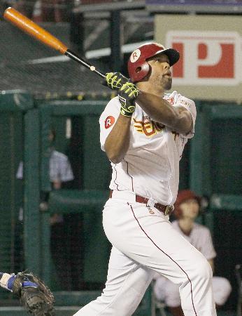 8回楽天無死、ペゲーロが右越えに2者連続本塁打となる同点ソロを放つ=コボスタ宮城