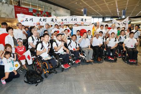 出発前にポーズをとるリオパラリンピック車いすバスケットボール男子の日本代表ら=30日午前、成田空港