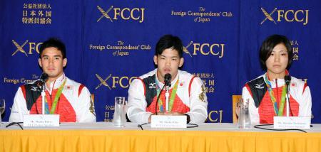 リオ五輪の柔道で金メダルを獲得し、日本外国特派員協会で記者会見する(左から)ベイカー茉秋、大野将平、田知本遥=30日、東京・有楽町