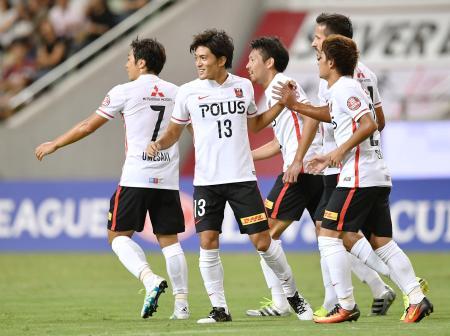 神戸―浦和 前半、先制ゴールを決め、イレブンと喜ぶ浦和・高木(13)=ノエスタ