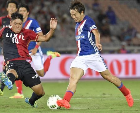 横浜M―鹿島 後半、2点目のゴールを決める横浜M・斎藤(右)=日産スタジアム