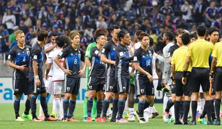 サッカーW杯アジア最終予選初戦でUAEに逆転負けを喫し、肩を落とす日本イレブン=1日、埼玉スタジアム