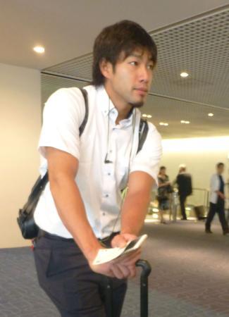 羽田空港で記者の取材に応じるソフトバンクの柳田=2日
