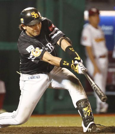 9回ソフトバンク2死一、三塁、松田が右中間に勝ち越しの2点三塁打を放つ=コボスタ宮城