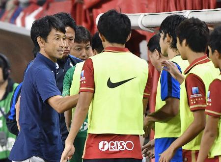 富山に勝利し、選手らと握手を交わす鹿島・石井監督(左端)=カシマ