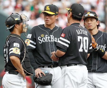 2回、2死満塁のピンチで降板するソフトバンク・山田(左から2人目)=コボスタ宮城