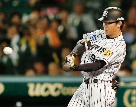 8回阪神1死二、三塁、高山が中前に同点打を放つ=甲子園