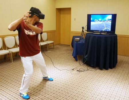 仮想現実トレーニングシステムを利用する楽天の今江(楽天球団提供)