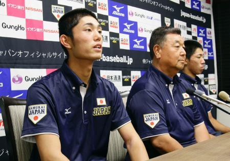 帰国し記者会見する、野球高校日本代表の(左から)今井達也投手、小枝守監督、小池航貴主将=5日午後、東京都内のホテル