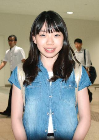 大阪空港に到着し、笑顔で取材に応じるフィギュアスケートの紀平梨花=5日