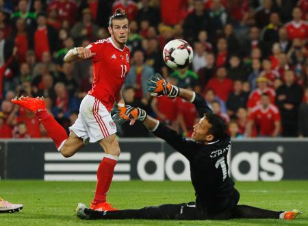モルドバ戦でゴールを決めるウェールズのベール(左)=カーディフ(ロイター=共同)