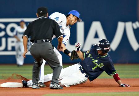 1回ヤクルト2死一塁、打者バレンティンのとき、山田が今季30個目の盗塁となる二盗を決める。二塁手石川=横浜