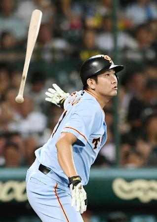 4回巨人1死二塁、菅野が右中間に適時二塁打を放つ=甲子園