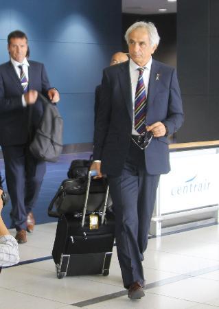 中部空港に到着したサッカー日本代表のハリルホジッチ監督(手前)=7日