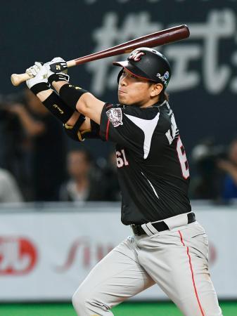 9回ロッテ2死一、三塁、角中が左越えに同点二塁打を放つ=札幌ドーム