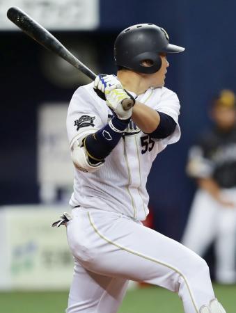 8回オリックス1死一、二塁、T―岡田が左翼線に勝ち越し打を放つ=京セラドーム