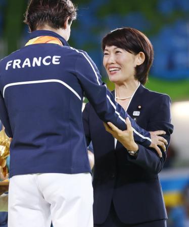 柔道女子52キロ級の表彰式で、優勝したフランス選手(左)に話しかける丸川五輪相=8日、リオデジャネイロ(共同)